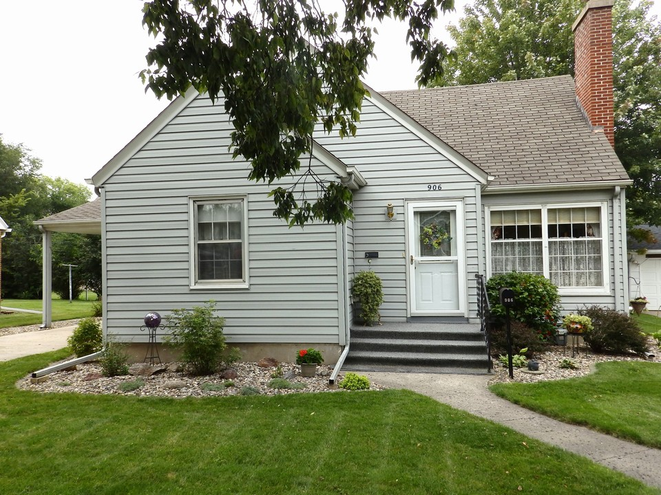 a very lovely three bedroom home w/single attached garage