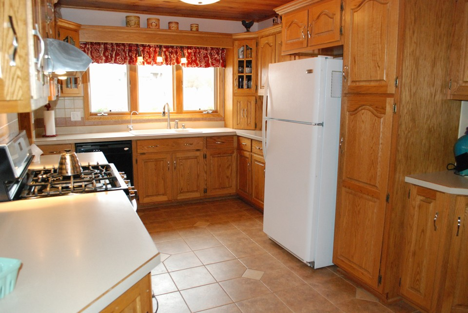 beautiful kitchen w/ gas stove double ovens