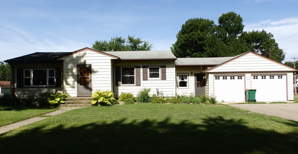 nice two bedroom home on a corner lot-lakefield